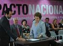 A ministra da Secretaria de Políticas para as Mulheres, Eleonora Menicucci, e o governador do DF, Agnelo Queiroz, participam de cerimônia de assinatura do Pacto Nacional de Enfrentamento à Violência contra as Mulheres (Foto: Fabio Rodrigues Pozzebom/ABr)