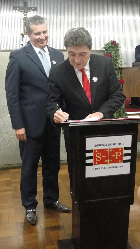 Prefeito de Santo André, Carlos Grana, e o presidente do Tribunal de Justiça de São Paulo, Ivan Sartori, assinam acordo de cooperação técnica para unir esforços na implementação da Lei Maria da Penha (Foto: Géssica Brandino)