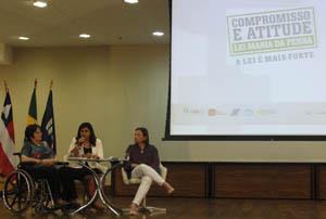 Ao lado de Maria da Penha e da promotora Marcia Teixeira, a representante da SPM-PR, Marta Veloso de Menezes, apresenta a Campanha ao estado