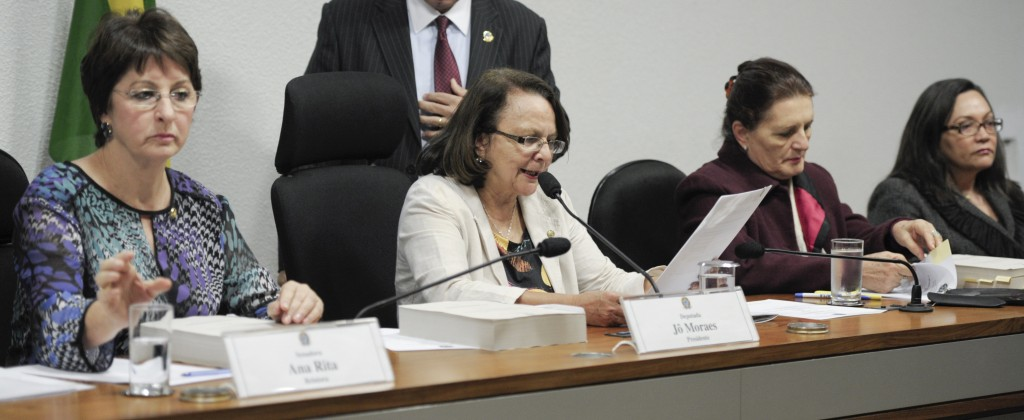 Discussão e votação do relatório da Comissão Parlamentar de Inquérito (CPI) mista da Violência Contra a Mulher. Mesa (E/D): relatora, senadora Ana Rita (PT-ES); presidente da comissão, deputada federal Jô Moraes (PCdoB-MG); secretária-executiva da Secretaria de Políticas para as Mulheres, Lurdes Bandeira; procuradora-geral de Justiça do Distrito Federal, Eunice Carvalhido