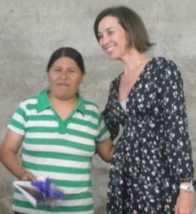 Promotora do Gevid, Nathalie Kiste, entrega a cartilha à imigrante boliviana. Desafio do grupo é incentivar a denúncia (Foto: Géssica Brandino)