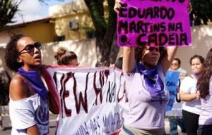 Mulheres protestam durante audiência do caso (Foto: Reprodução Facebook)