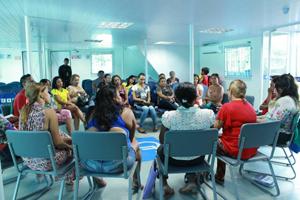 Reunião com mulheres que residem em Ponta de Pedras na agência barco no Pará (Foto: Raquel Lasalvia/SPM)