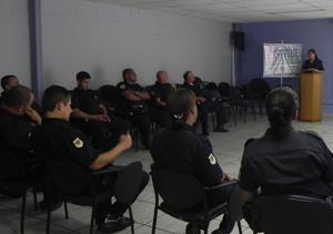 Agentes da Guarda Civil de São José dos Campos receberam orientações para atendimento de ocorrências relacionadas à violência contra mulher (Foto: Eloísa Helena)