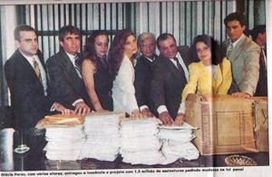 Gloria Perez faz a entrega das assinaturas ao Congresso ao lado de atores (Foto: Acervo do blog Daniella Perez)