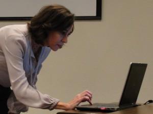 Promotora  Nathalie Kiste Malveiro, do GEVID, assina petição #Leidofeminicidio (Foto: Géssica Brandino)