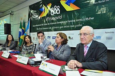 Secretária Aparecida Gonçalves faz sua apresentação durante o Painel Rede de Enfrentamento à Violência contra as Mulheres (Foto: TJMS)