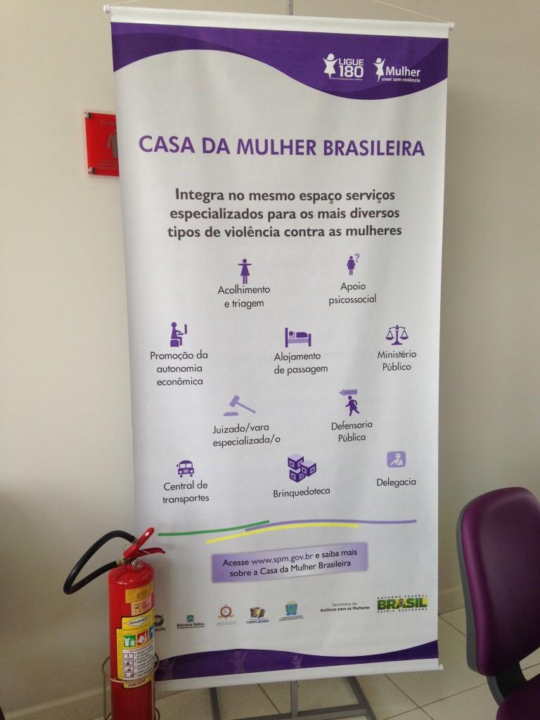 Cartaz informando os serviços da Casa da Mulher Brasileira em Campo Grande