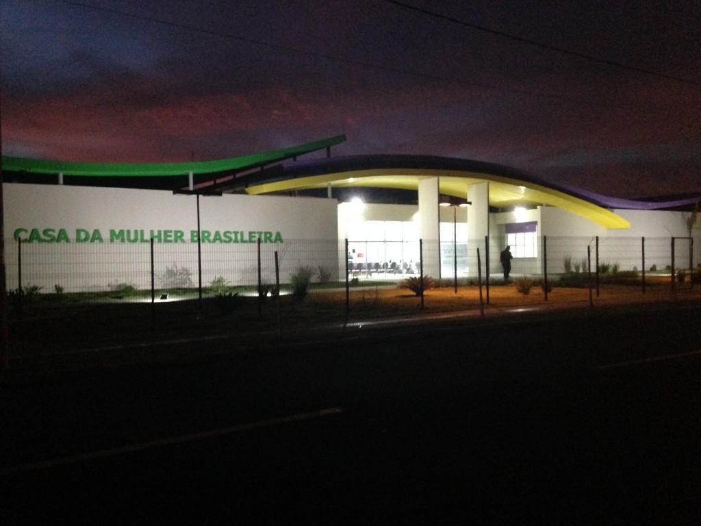 Fachada da Casa da Mulher Brasileira de Campo Grande a noite