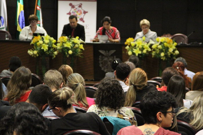 """Mesa do seminário """"Aspectos Práticos do Enfrentamento à Violência de Gênero: a culpabilização da vítima"""" (Foto: MPPR)"""