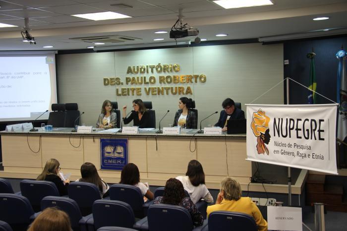 A juíza auxiliar da Presidência Adriana Ramos de Mello e os professores Simone Cuber, Livia Paiva e Guilherme Góes na apresentação da pesquisa (Foto: Gustavo Lethier)